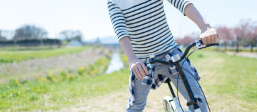 サイクリングを楽しむ男性